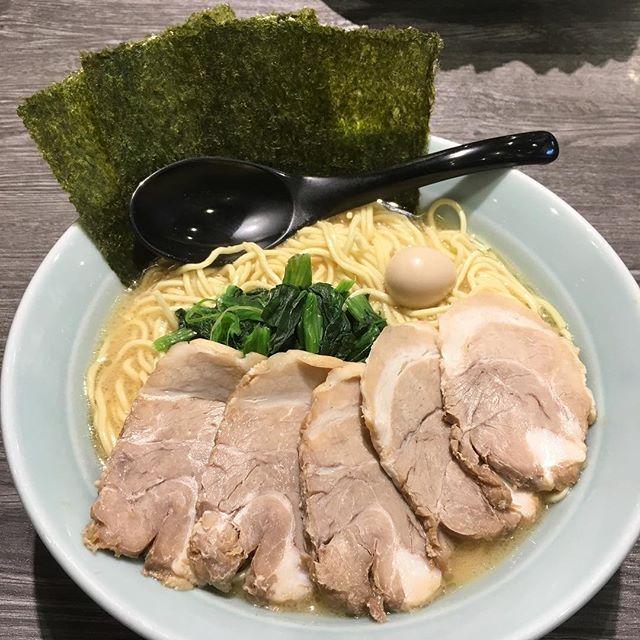 Lucido Style Rim押田でございま~す。皆さんは寒い時、なにをしまくなりますか?僕はヤッパリなんとなく、何が何でも、ここぞという時になんだかんだ長くなりましたが、結果ラーメン食べたいです(´-`) ブログ画像家系ラーメン『喜多見家』のチャーシュー麺大盛りの細麺バージョンでございますm(_ _)m中太縮れ麺か細麺かを選べるこちらのお店。気分で選ぶも良し!好みを貫くも良し!濃厚な豚骨スープが程良く絡み、ほうれん草、海苔とも相性バツグン!これにゴハンを入れちゃえば大満足の一品!美味しく頂きましたご馳走でしたm(_ _)m皆さんも寒い時は是非!お粗末様でしたm(_ _)m #郡山リムグループ#郡山ルシードスタイルリム#郡山アズール#三春リムヘアー