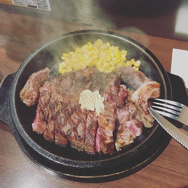 この間のお休みの日、久しぶりに仙台まで行ってきました!目的は、、、肉です!! いきなりステーキに行ってみたくて、遂に行っちゃいました♪平日ランチのワイルドステーキ450g!!!! 肉肉しくてとても美味しかったです(笑)これでサラダとスープとライスが付いて1800円くらいだったので、大満足です✩ごちそうさまでした!! #郡山ルシードスタイルリム#郡山リムアズール#三春リムヘアー#郡山リムグループ#郡山理美容室 #いきなりステーキ